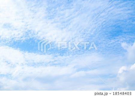 秋の空 白い雲と青い空 背景素材 コピースペース 文字スペース 筋雲 積雲 すじ雲 巻雲 巻積雲 18548403