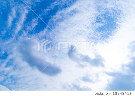 秋の空 白い雲と青い空 背景素材 コピースペース 文字スペース 筋雲 積雲 すじ雲 巻雲 巻積雲 18548413