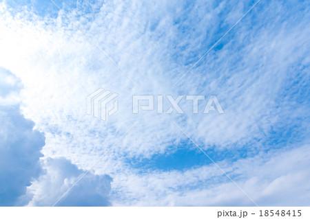 秋の空 白い雲と青い空 背景素材 コピースペース 文字スペース 筋雲 積雲 すじ雲 巻雲 巻積雲 18548415