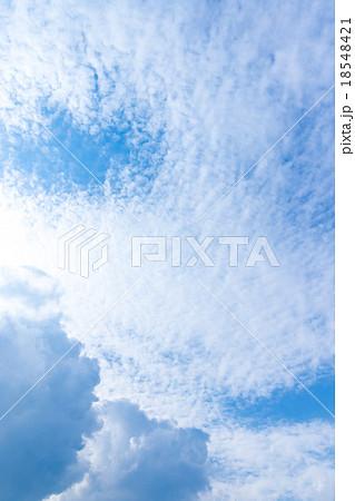 秋の空 白い雲と青い空 背景素材 コピースペース 文字スペース 筋雲 積雲 すじ雲 巻雲 巻積雲 18548421