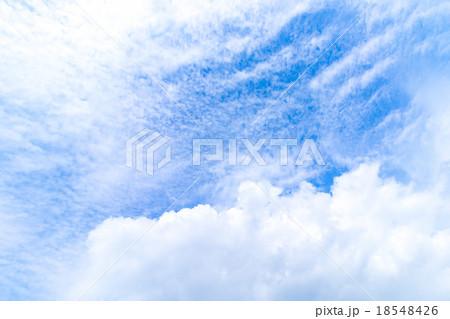秋の空 白い雲と青い空 背景素材 コピースペース 文字スペース 筋雲 積雲 すじ雲 巻雲 巻積雲 18548426