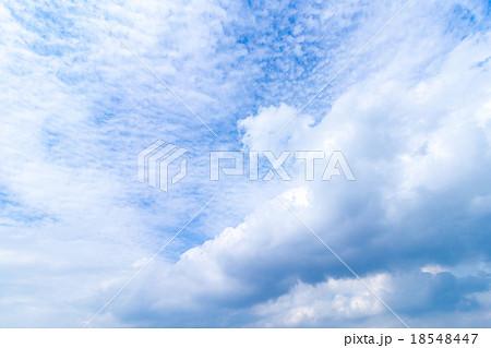 積雲 雲片 青い空 巻雲 巻積雲 白い雲 すじ雲 秋の空 背景用素材 クラウド 青空 合成用背景 18548447