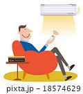 エアコンをつけるソファーに座った男性 18574629