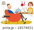 ソファーに座った男性とキッチンにいる女性 18574631