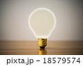 透明の電球 18579574