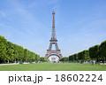 パリのエッフェル塔、正面横 18602224