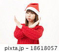 女性 クリスマス サンタ帽子の写真 18618057