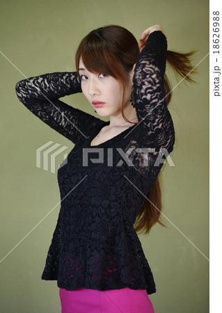後ろ手で髪を結う女性 18626988