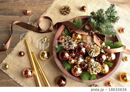 クリスマスツリーと茶色のオーナメントとキャンドル 18630836