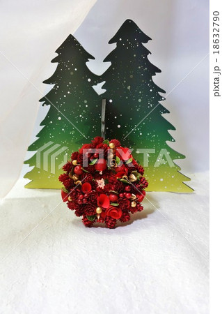 クリスマスイメージ・雪の森と木の実のクリスマスリース・縦位置 18632790