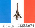 エッフェル塔の置物とフランス国旗 18633074