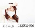 マスクをした女性 目線外し 18658450