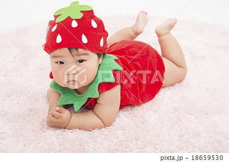 いちごの服を着た赤ちゃん 18659530