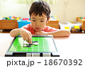オセロゲームをする幼児 18670392