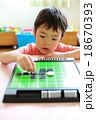 オセロゲームをする幼児 18670393