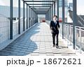 ビジネスマン 通路 歩くの写真 18672621