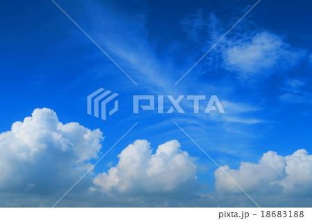夏の青空と入道雲 18683188