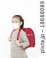 マスクをする女の子 風邪予防 女の子 ランドセル マスク 18688089