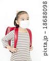 マスクをする女の子 風邪予防 女の子 ランドセル マスク 18688098