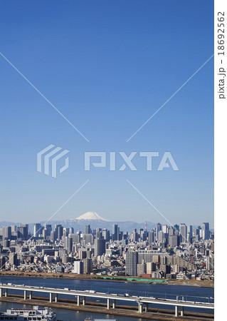高層ビルと富士山 18692562