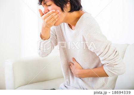 吐き気 嘔吐気持ち悪い 吐く 体調不良 10代か20代の若い男性 ポートレート 部屋着 18694339