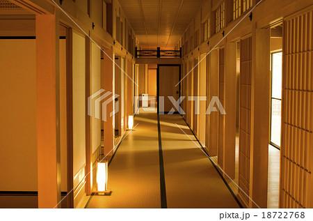 灯籠のあるお屋敷の廊下 18722768