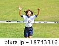 走る女の子(体操服、ゴールテープ、芝生) 18743316
