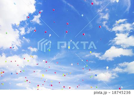 青空 バルーンセレモニー 風船飛ばし 空 雲 背景素材 18745236