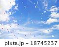 青空 バルーンセレモニー 風船飛ばし 空 雲 背景素材 18745237