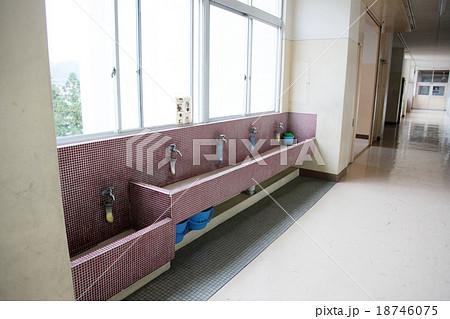 学校の廊下にあるタイルの水場 18746075