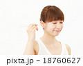 耳掻きする女性 18760627