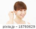 耳掻きする女性 18760629