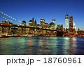 マンハッタンとブリックリンブリッジの夜景 18760961