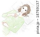 寝転がってスマートフォンを操作する女性 18769137