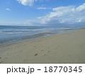 青い空と白い雲と海と足跡の有る砂浜 18770345