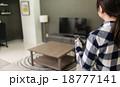 リモコン 女性 チャンネルの写真 18777141