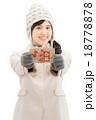 手袋をしているコート姿の若い女性の白バックイメージ 18778878