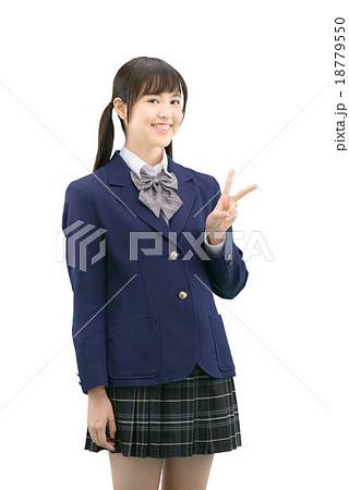 制服姿の女子高生のバストアップの白バックイメージ 18779550