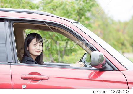 車を運転する若いOL 18786138