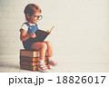 子 子供 本の写真 18826017