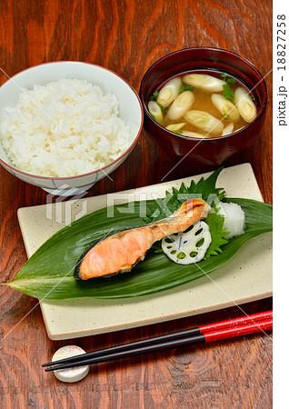 超注意!)配膳位置は正しくありません。本来、焼魚は奥です。和食イメージ(ご飯、お味噌汁、焼きシャケ) 18827258