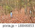 ハイキングする幼児 18846853