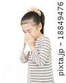 鼻をかむ女の子 ティッシュ 小学生 18849476