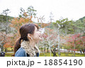 京都府京都市左京区の南禅寺の紅葉の風景を背景にしている笑顔の若い女性 18854190