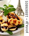 ベルギーワッフルとバナナのチョコレートソース 18869805
