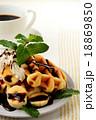 ベルギーワッフルとバナナのチョコレートソース 18869850