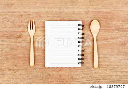 empty wood plate with notebook open and spoonの写真素材 [18879707] - PIXTA