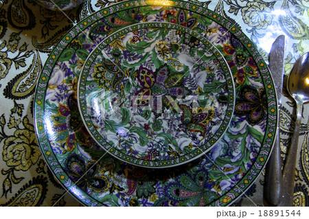 タジキスタンの伝統工芸・美しい柄の皿 18891544