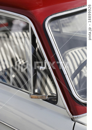 60年代の軽自動車、三角窓のあるクラシックカー 18899926