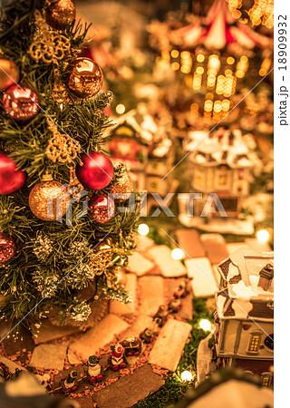 クリスマスイメージ ツリー 街並み ジオラマ 18909932